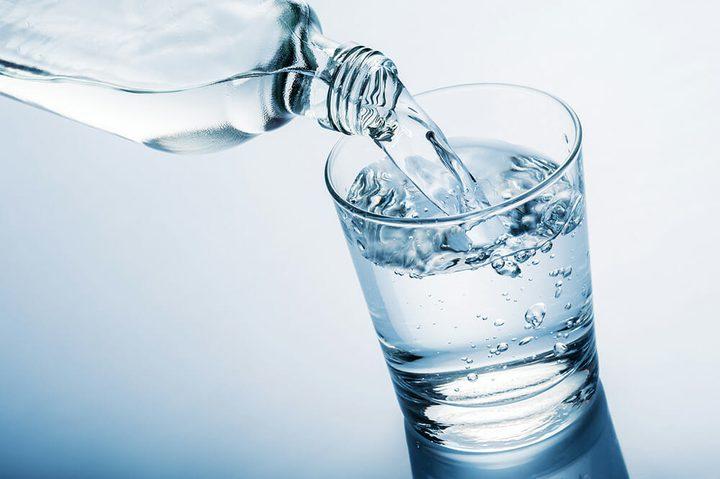 هل يساعد تناول الماء على ترطيب البشرة الجافة ؟