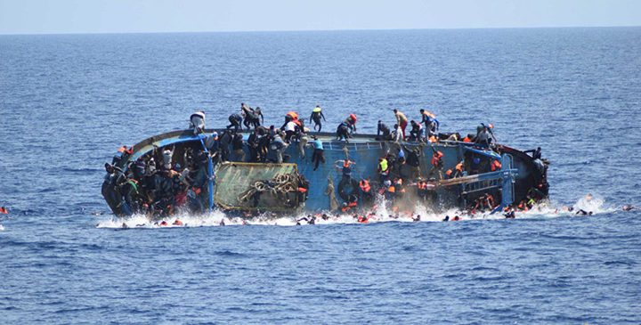 ليبيا.. غرق قارب يقل 250 مهاجرًا شرق طرابلس
