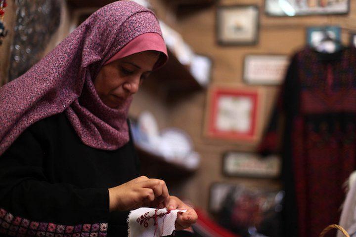 نساء فلسطينيات يخيطن التطريز التقليدي في ورشة عمل في مدينة غزة ، قبل يوم الزي الفلسطيني التقليدي ، في 25 يوليو 2019.  يوم الزي الوطني الفلسطيني هو حدث نظمه مجموعة من الشباب بالتعاون مع مركز التراث الفلسطيني للحفاظ على الزي التقليدي كرمز للهوية والوجود.