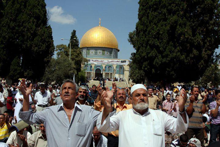 آلاف المواطنين يؤدون صلاة الجمعة في رحاب المسجد الأقصى