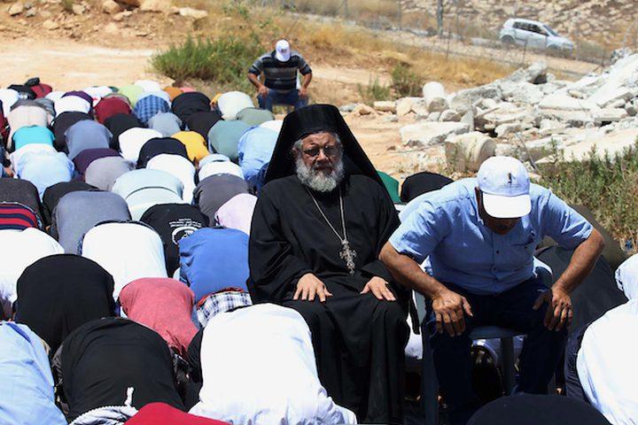 مواطنون يؤدون صلاة الجمعة بالقرب من أنقاض المنازل الفلسطينية ،التي تم هدمها من قبل قوات الاحتلال الإسرائيلي ، في قرية صور باهر الفلسطينية في القدس المحتلة.