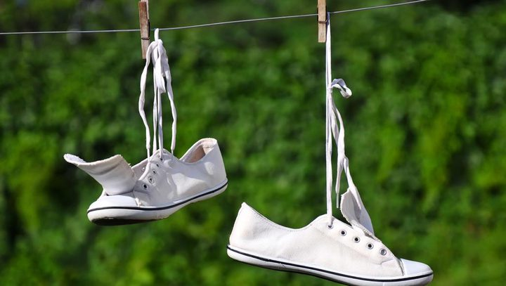 طرق لتنظيف الأحذية البيضاء