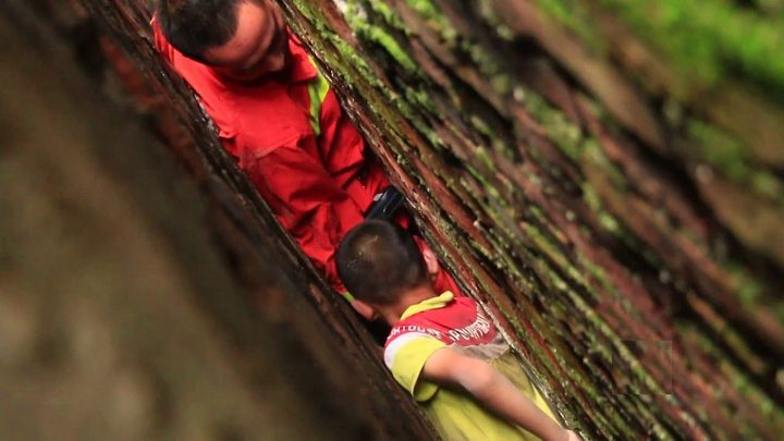 شاهد عملية إنقاذ طفل سقط في حفرة عرضها 20 سنتيمترا فقط!
