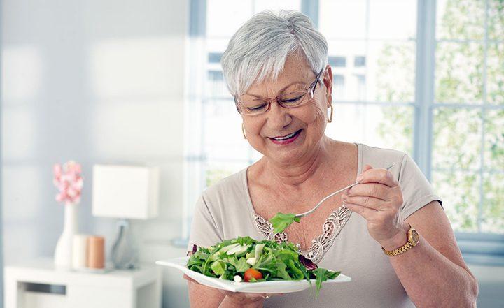 تعرفوا على تأثير تناول كبار السن لطعام رديء النوعية
