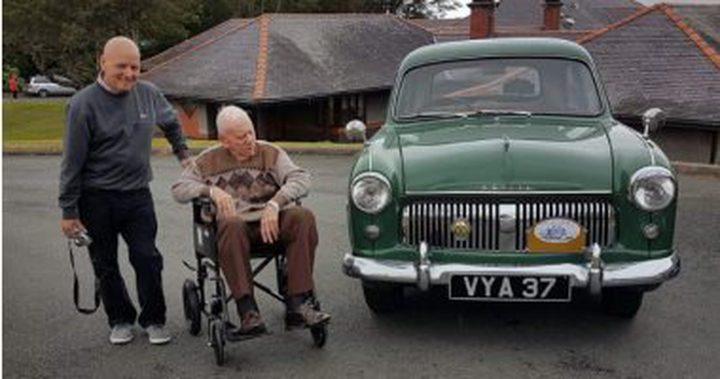 رجل يستعيد سيارته في سن الـ 100 تكريما له ولزوجته الراحلة
