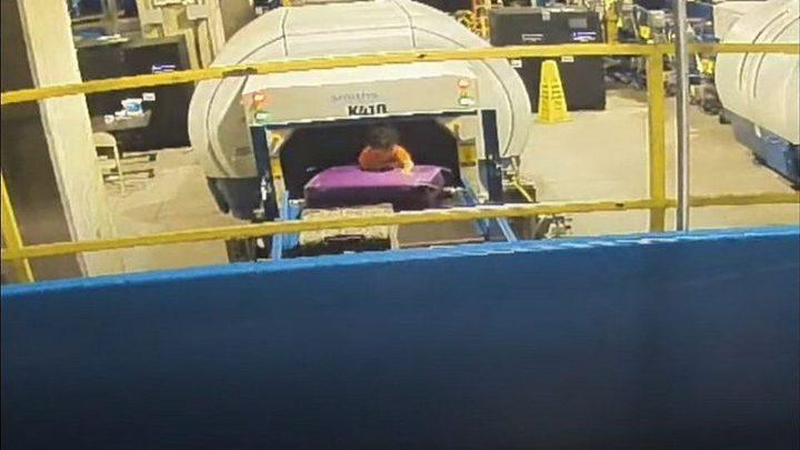 رحلة خطيرة لطفل على حزام نقل الأمتعة في مطار