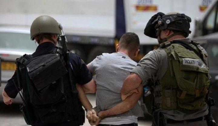 الاحتلال يعتقل شابين ويفرض غرامة والحبس المنزلي على طفلة