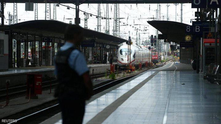 رجل يقتل طفلا بطريقة بشعة في محطة قطارات