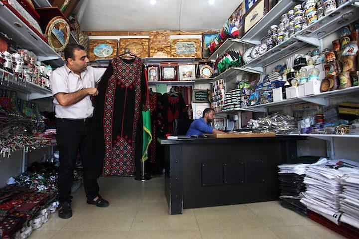 تاجر من غزة يعرض المشغولات التراثية التقليدية في يوم الزي الفلسطيني في مدينة غزة