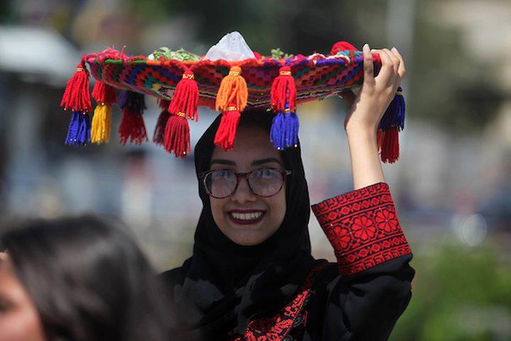 فتيات يرتدين الزي التقليدي أثناء مشاركتهن في مسيرة بمناسبة يوم الزي الفلسطيني ، اليوم الثلاثاء ،في مدينة غزة