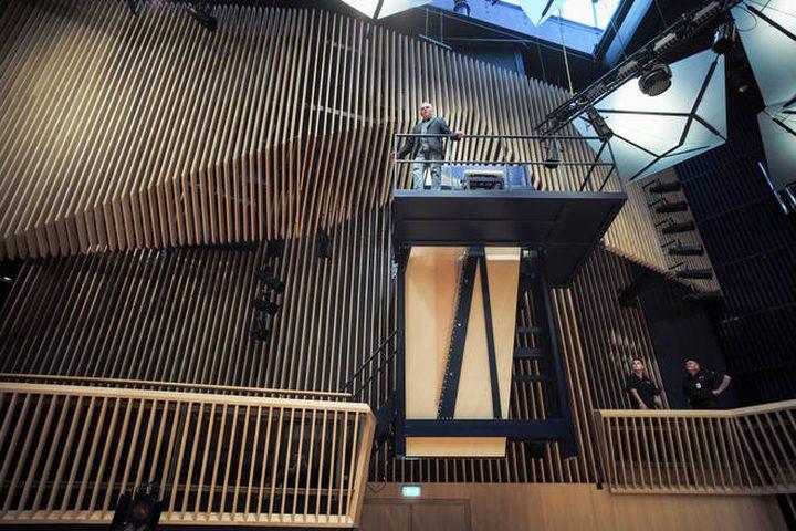 كشف النقاب عن أكبر بيانو عامودي في العالم