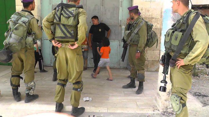 الاحتلال يصيب طفلاً خلال مطاردته ويعتقل شاباً في القدس