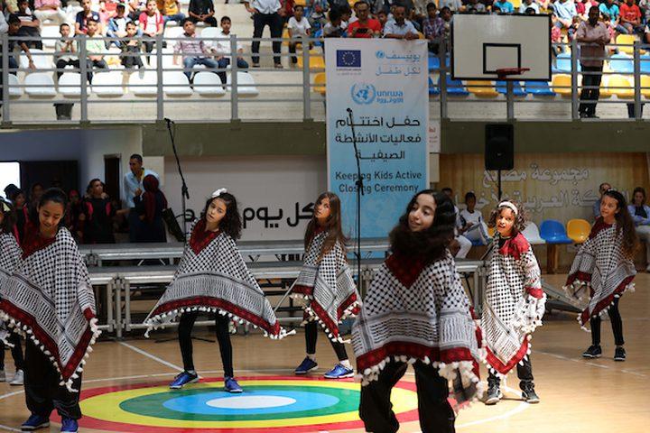 يحضر الأطفال في شمال مدينة غزة ، الحفل الختامي للمخيمات الصيفية الذي تنظمه وكالة الأمم المتحدة لإغاثة وتشغيل اللاجئين الفلسطينيين (الأونروا) ، في شمال مدينة غزة