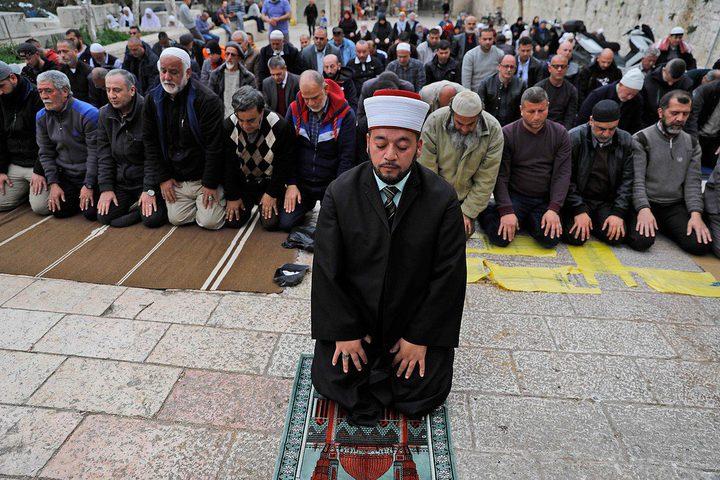 مئات المواطنين يؤدون صلاة الجمعة بحي وادي الحمص