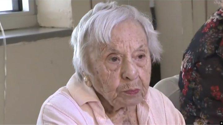 عمرها 107 أعوام وتعتبر أن العزوبية سبب طول العمر
