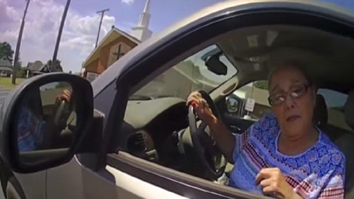 مسنة تتحدى رجل شرطة وتدفع الثمن باهظا! (فيديو)