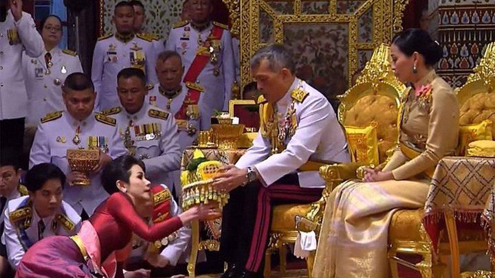 ملك تايلاند يتزوج عشيقته بحضور زوجته الملكة