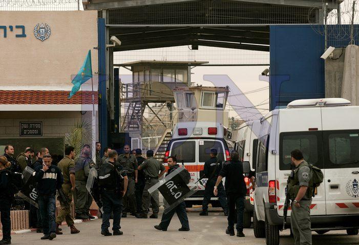 6 من الأسرى يشرعون بالإضراب عن الطعام في سجن عوفر