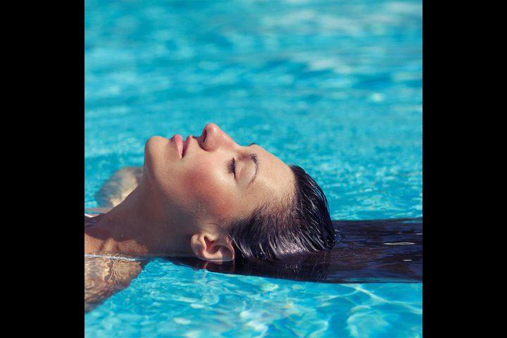 كيف تحافظين على شعرك من ماء المسبح؟
