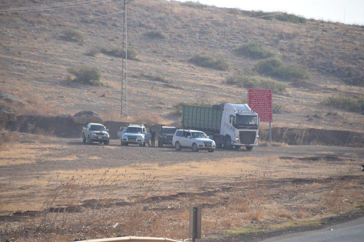 الاحتلال يستولي على آليات ومركبات في الرأس الأحمر في الأغوار