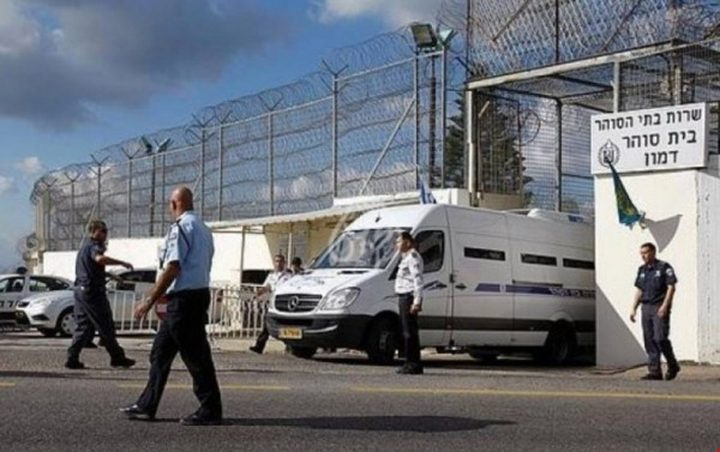إصابة معتقلين برضوض وكسور أثناء نقلهم إلى معسكر حوارة