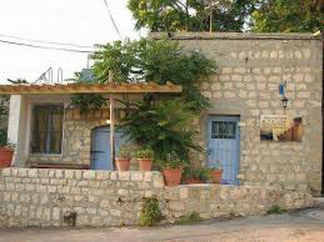 قرية اتخذت اسمها من نبعة ماء صامدة في وجه الاحتلال