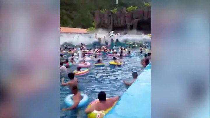بركة سباحة وموجة عملاقة تصيب 44 شخصاً