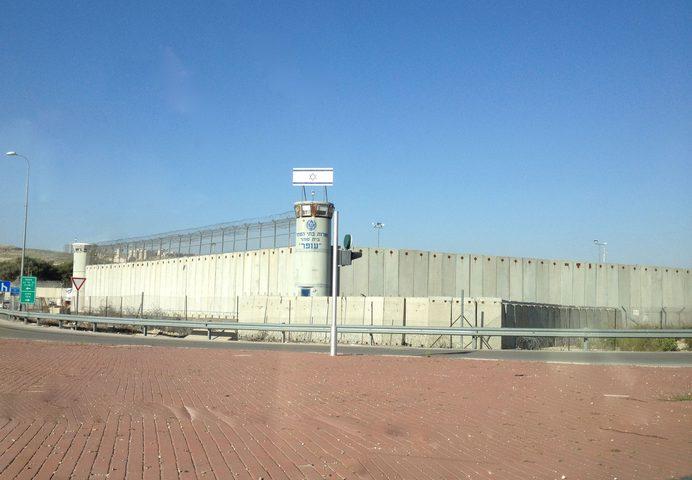 حالةٌ من التوتر في سجن عوفر بعد اقتحام الاحتلال للسجن