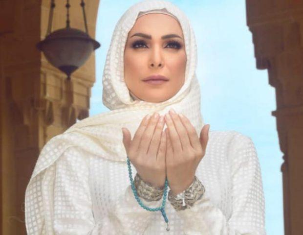 أمل حجازي توجه رسالة أثناء تأديتها لفريضة الحج