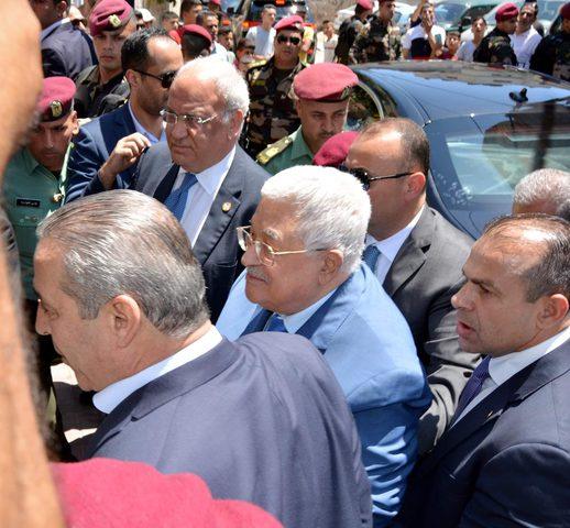 الرئيس عباس يتفقد مخيم الجلزون