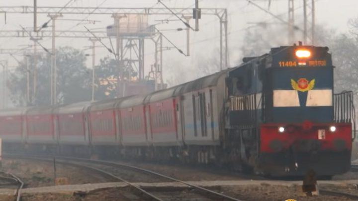 هندي يحاول الصعود لقطار بأغرب طريقة ممكنة!