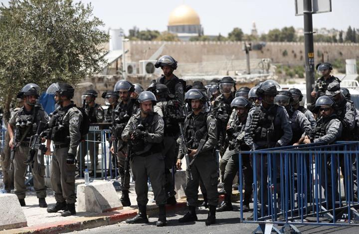 الاحتلال يصيب مسعفاً ويعتقل ثلاثة شبان في الأقصى