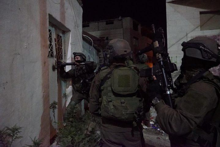 الاحتلال يعتقل شابين من بلدة العيسوية