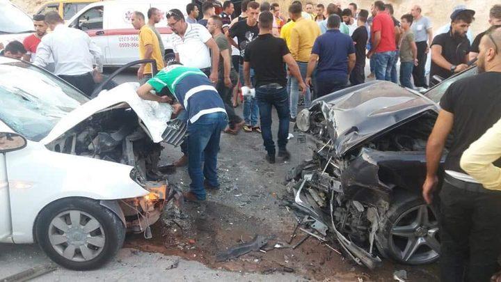 مصرع طفل ووالده واصابة 12 آخرين بحادث سير على طريق الباذان
