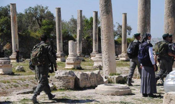 مستوطنون يقتحمون الموقع الاثري في سبسطية بحماية قوات الاحتلال