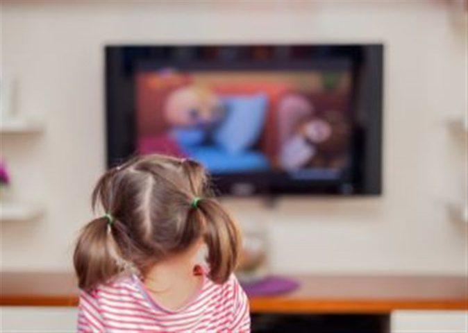 التلفاز في غرفة طفلك .. هكذا يؤثر عليه
