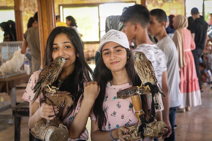 معرض يضم حيوانات أليفة في غزة ،وعدد من المواطنين يقومون بزيارته.