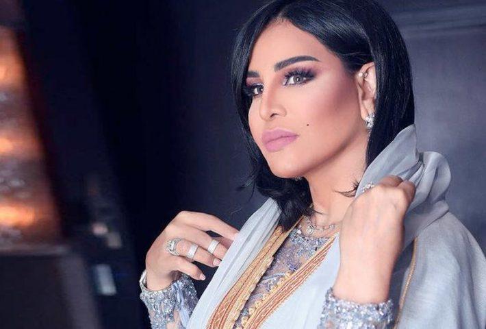 """""""أم فاهد"""" تسأل جمهورها عن لون فستانها قبل ظهورها على المسرح"""