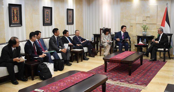 اشتية يُطلع وفدا من النواب الياباني على ممارسات الاحتلال التعسفية