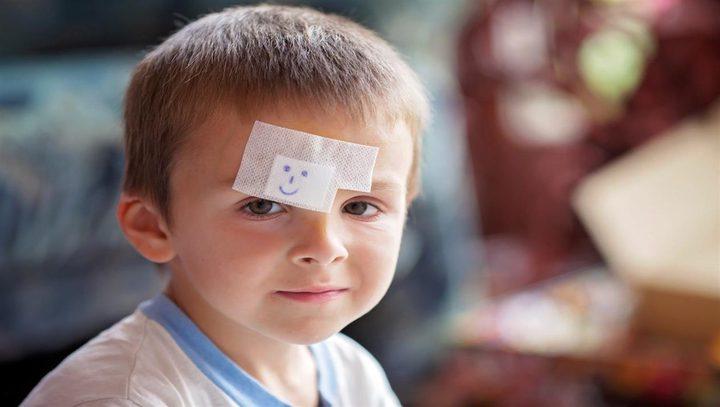 ما هي أول خطوة لإسعاف الأطفال عند الإصابة في منطقة الدماغ ؟