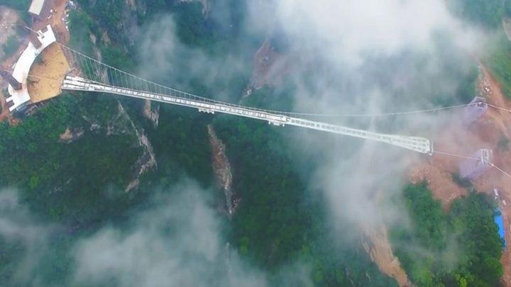 فيديو يوثق رعب السياح على جسر زجاجي شاهق