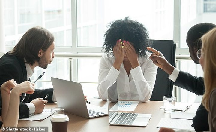 أسباب تدفع (8) من كل (10) موظفين للبكاء في العمل