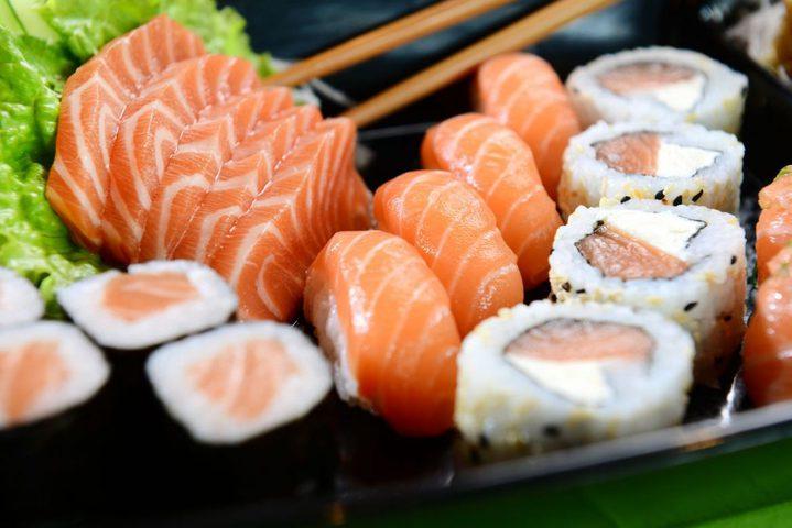 ما هي فوائد تناول السمك النيء ؟