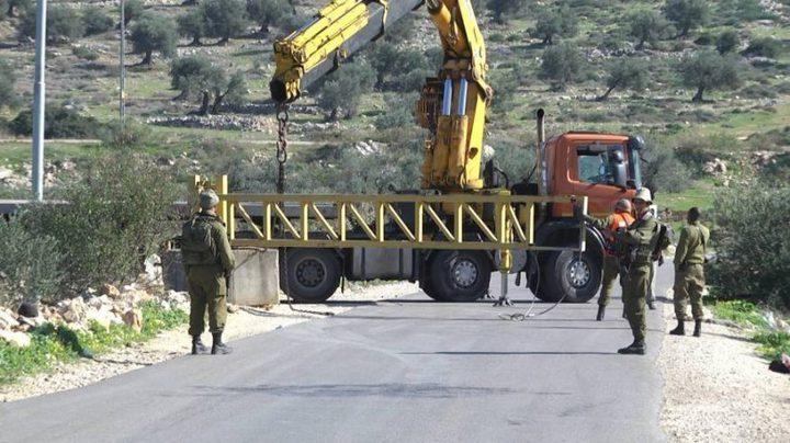 الاحتلال يغلق مدخل بلدة عزون ببوابة حديدية