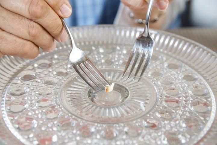 بعد مرور 50 عاما.. زوجان يأكلان آخر قضمة من كعكة زفافهما