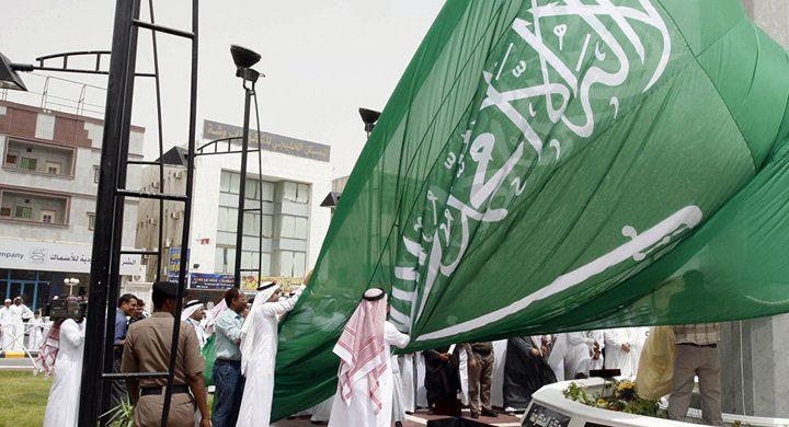إسرائيلي يرفع العلم السعودي وينادي بالتطبيع