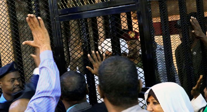 مصدر سوداني: البشير يتعرض لمحاكمة إعلامية لا قانونية