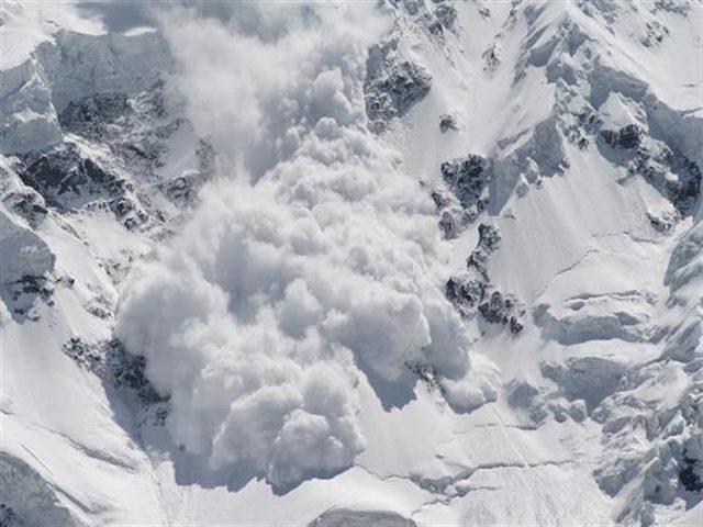 """ألاسكا.. انهيار جليدي """"مرعب"""" يدمر زوارق المغامرين"""