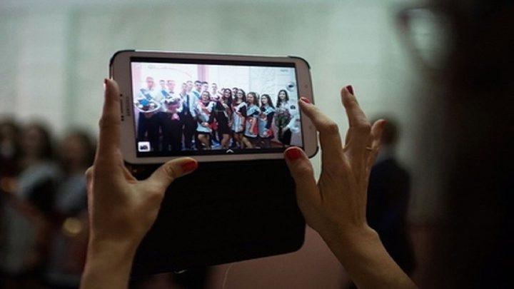 روسيا تحظر استخدام الهواتف في المدارس