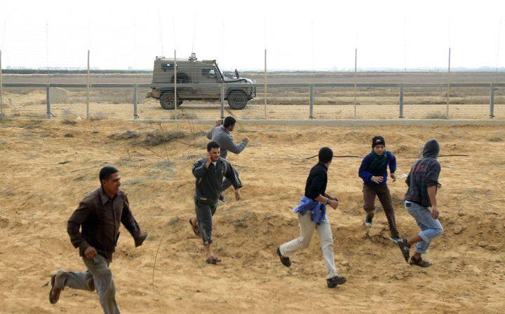 الاحتلال يطلق النار صوب 5 شبان قرب السياج الفاصل وسط قطاع غزة